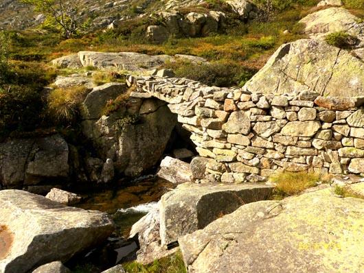 pont en pierre pres du barage de bassies